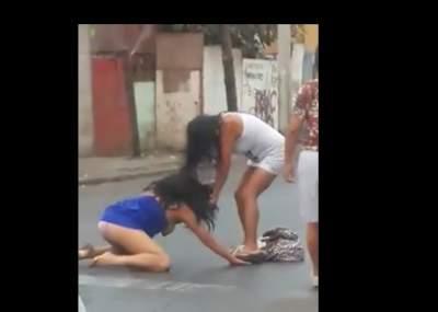 Peleas callejeras de mujeres sin ropa